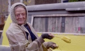 Maggie_Smith_lives_on_Alan_Bennett_s_driveway_in_The_Lady_in_the_Van_trailer